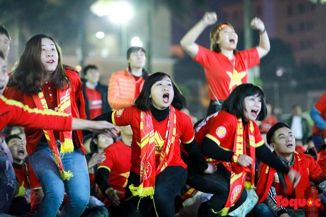 Trời rét 8 độ: CĐV Hà Nội vẫn bùng nổ cảm xúc khi tuyển Việt Nam liên tiếp ghi bàn - Ảnh 6.