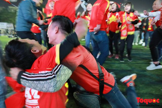 Trời rét 8 độ: CĐV Hà Nội vẫn bùng nổ cảm xúc khi tuyển Việt Nam liên tiếp ghi bàn - Ảnh 7.