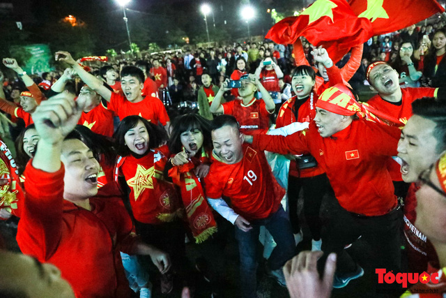 Trời rét 8 độ: CĐV Hà Nội vẫn bùng nổ cảm xúc khi tuyển Việt Nam liên tiếp ghi bàn - Ảnh 8.