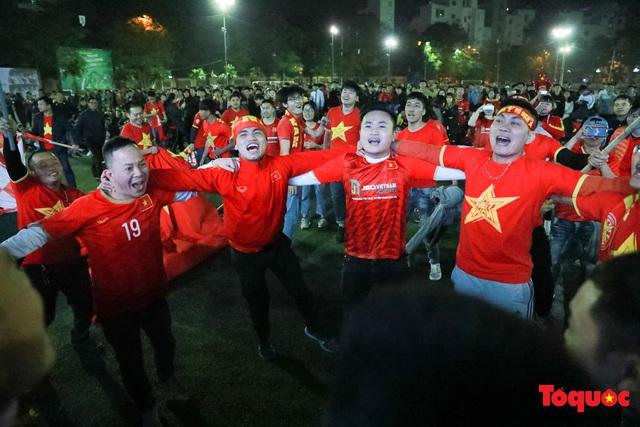 Trời rét 8 độ: CĐV Hà Nội vẫn bùng nổ cảm xúc khi tuyển Việt Nam liên tiếp ghi bàn - Ảnh 9.