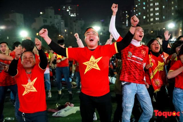 Trời rét 8 độ: CĐV Hà Nội vẫn bùng nổ cảm xúc khi tuyển Việt Nam liên tiếp ghi bàn - Ảnh 11.