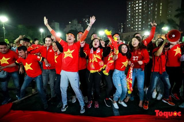 Trời rét 8 độ: CĐV Hà Nội vẫn bùng nổ cảm xúc khi tuyển Việt Nam liên tiếp ghi bàn - Ảnh 12.
