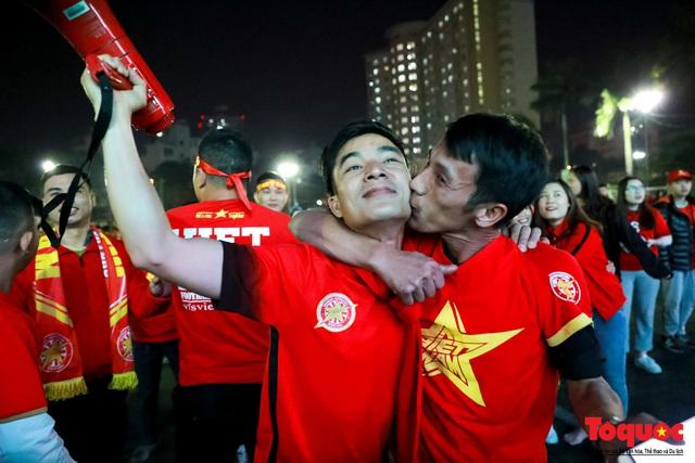 Trời rét 8 độ: CĐV Hà Nội vẫn bùng nổ cảm xúc khi tuyển Việt Nam liên tiếp ghi bàn - Ảnh 10.