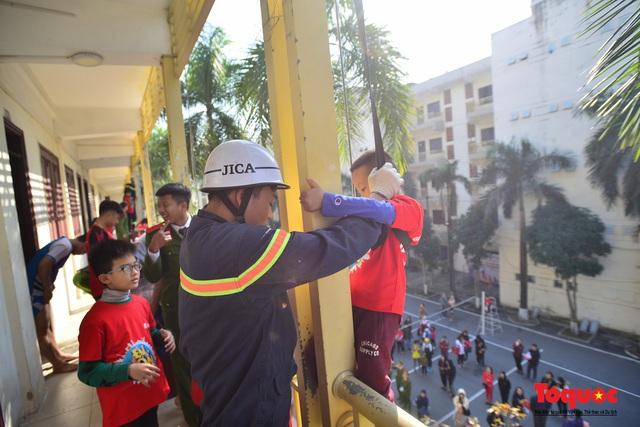 Các em nhỏ học kỹ năng đu dây thoát hiểm khi có sự cố cháy từ nhà cao tầng - Ảnh 5.