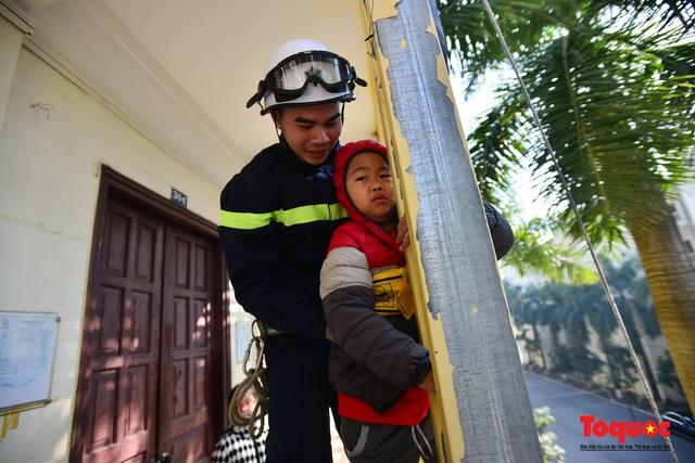 Các em nhỏ học kỹ năng đu dây thoát hiểm khi có sự cố cháy từ nhà cao tầng - Ảnh 7.