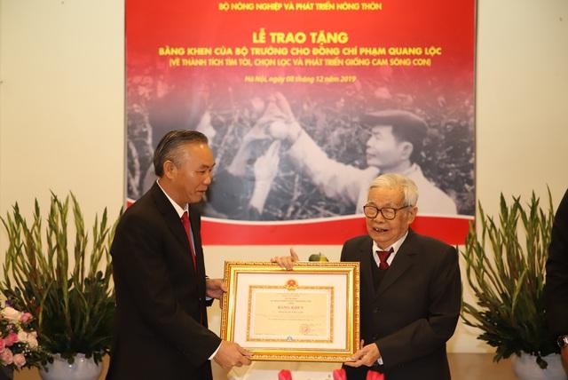 Bộ NN&PTNT trao Bằng khen cho ông Phạm Quang Lộc, người phát triển giống cam Sông Con - Ảnh 1.