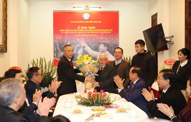 Bộ NN&PTNT trao Bằng khen cho ông Phạm Quang Lộc, người phát triển giống cam Sông Con - Ảnh 2.