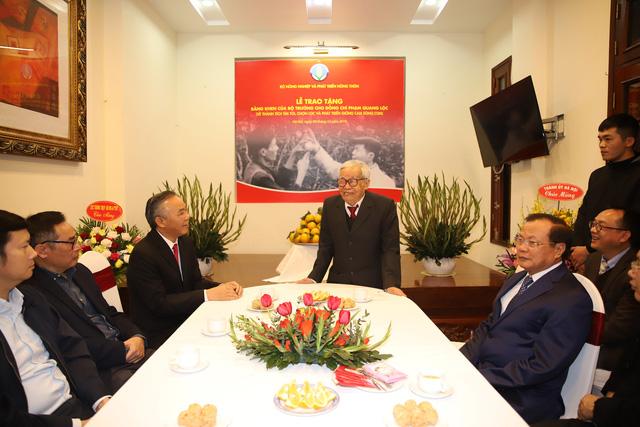 Bộ NN&PTNT trao Bằng khen cho ông Phạm Quang Lộc, người phát triển giống cam Sông Con - Ảnh 4.