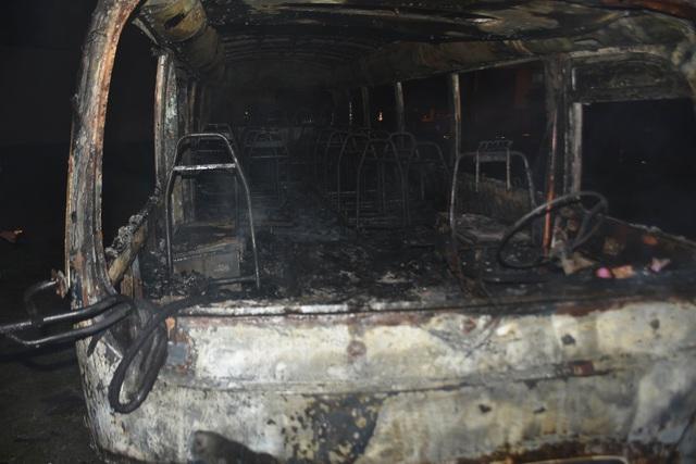 Xe khách 29 chỗ cháy ngùn ngụt khi đỗ ở bãi đất trống - Ảnh 2.