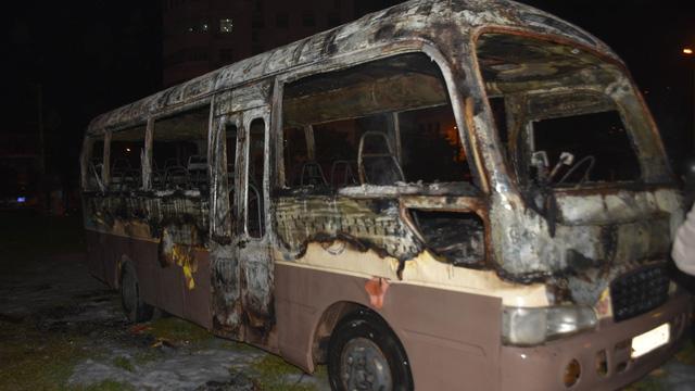 Xe khách 29 chỗ cháy ngùn ngụt khi đỗ ở bãi đất trống - Ảnh 3.