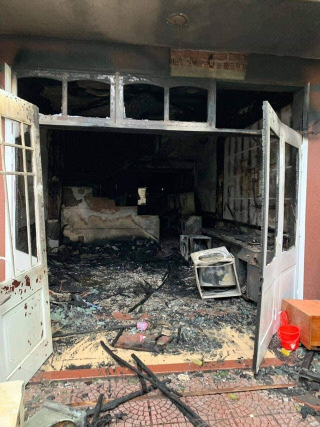 Tiệm giặt ủi bốc cháy, người đàn ông nước ngoài nhảy từ tầng hai xuống bị thương - Ảnh 1.