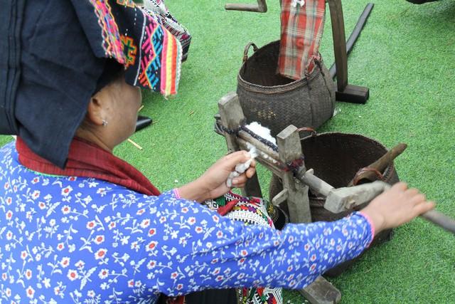 Dệt vải được coi là một trong những phẩm chất đức hạnh của người con gái Lào  - Ảnh 2.