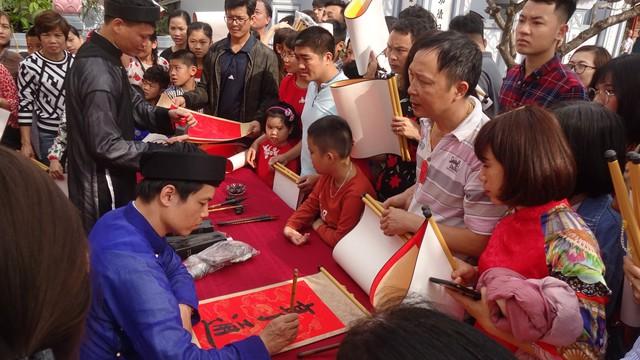 Hàng ngàn người xin chữ tại Lễ khai bút đầu Xuân Kỷ Hợi 2019 - Ảnh 1.