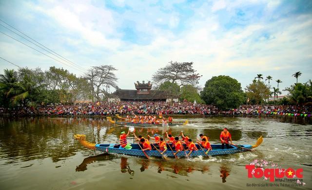 Thi nấu cơm, bắt vịt trong trận thuỷ chiến tại lễ hội Bạch Hào - Ảnh 1.
