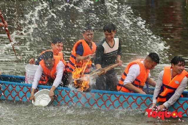 Thi nấu cơm, bắt vịt trong trận thuỷ chiến tại lễ hội Bạch Hào - Ảnh 13.