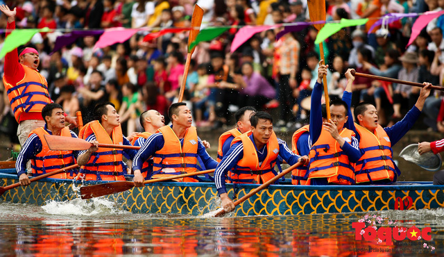 Thi nấu cơm, bắt vịt trong trận thuỷ chiến tại lễ hội Bạch Hào - Ảnh 2.