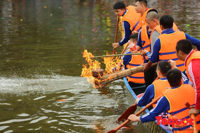 Thi nấu cơm, bắt vịt trong trận thuỷ chiến tại lễ hội Bạch Hào - Ảnh 8.