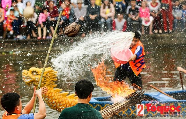 Thi nấu cơm, bắt vịt trong trận thuỷ chiến tại lễ hội Bạch Hào - Ảnh 9.