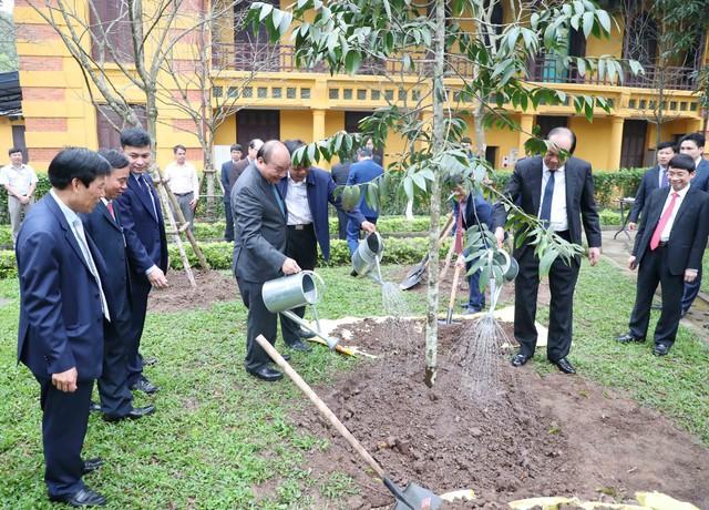 Đầu xuân Kỷ Hợi 2019, Thủ tướng dâng hương và trồng cây lưu niệm tại Khu di tích Chủ tịch Hồ Chí Minh tại Phủ Chủ tịch  - Ảnh 3.