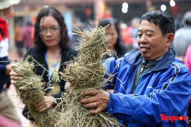 Về làng Thị Cấm xem người dân tạo lửa từ bùi nhùi và nấu cơm bằng rơm  - Ảnh 3.