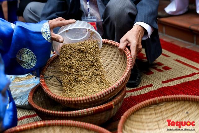 Về làng Thị Cấm xem người dân tạo lửa từ bùi nhùi và nấu cơm bằng rơm  - Ảnh 4.