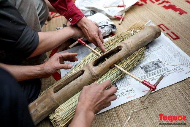 Về làng Thị Cấm xem người dân tạo lửa từ bùi nhùi và nấu cơm bằng rơm  - Ảnh 9.