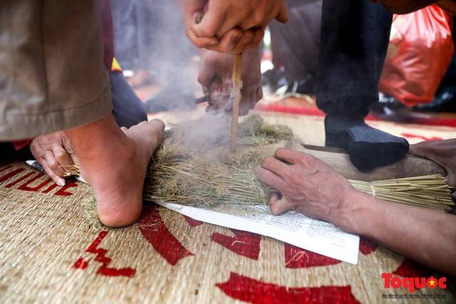 Về làng Thị Cấm xem người dân tạo lửa từ bùi nhùi và nấu cơm bằng rơm  - Ảnh 10.