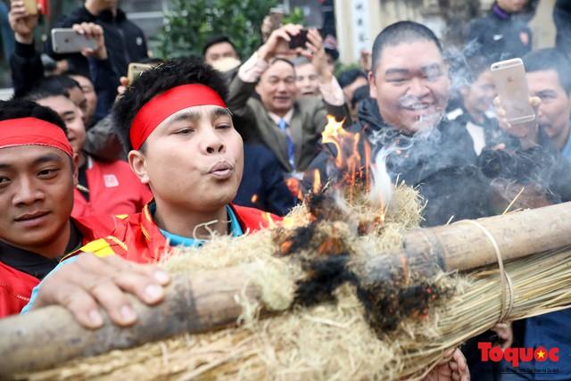 Về làng Thị Cấm xem người dân tạo lửa từ bùi nhùi và nấu cơm bằng rơm  - Ảnh 11.