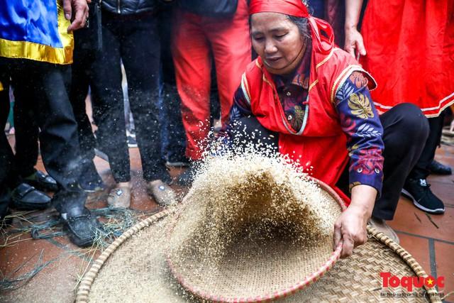 Về làng Thị Cấm xem người dân tạo lửa từ bùi nhùi và nấu cơm bằng rơm  - Ảnh 7.