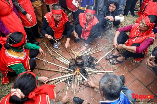 Về làng Thị Cấm xem người dân tạo lửa từ bùi nhùi và nấu cơm bằng rơm  - Ảnh 12.