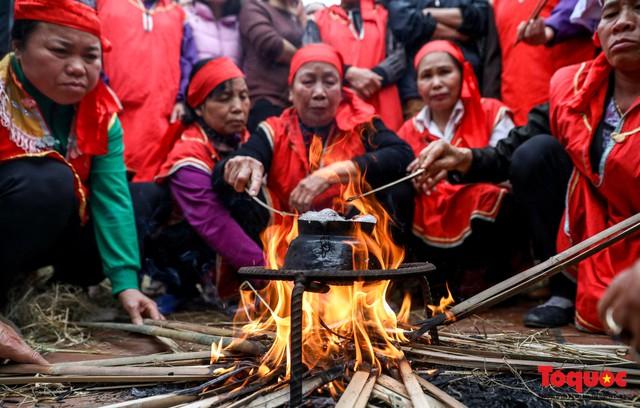Về làng Thị Cấm xem người dân tạo lửa từ bùi nhùi và nấu cơm bằng rơm  - Ảnh 13.