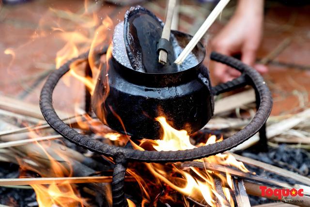 Về làng Thị Cấm xem người dân tạo lửa từ bùi nhùi và nấu cơm bằng rơm  - Ảnh 14.