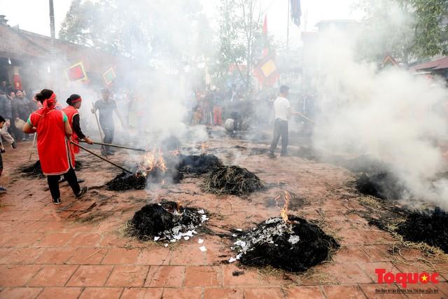 Về làng Thị Cấm xem người dân tạo lửa từ bùi nhùi và nấu cơm bằng rơm  - Ảnh 15.
