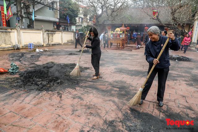 Về làng Thị Cấm xem người dân tạo lửa từ bùi nhùi và nấu cơm bằng rơm  - Ảnh 22.