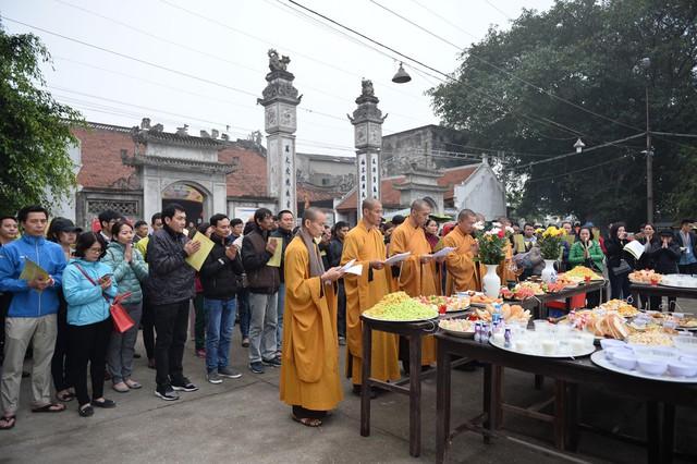 Hà Nội: Hàng vạn người chuyền tay phóng sinh gần 12 tấn cá cầu quốc thái dân an - Ảnh 1.
