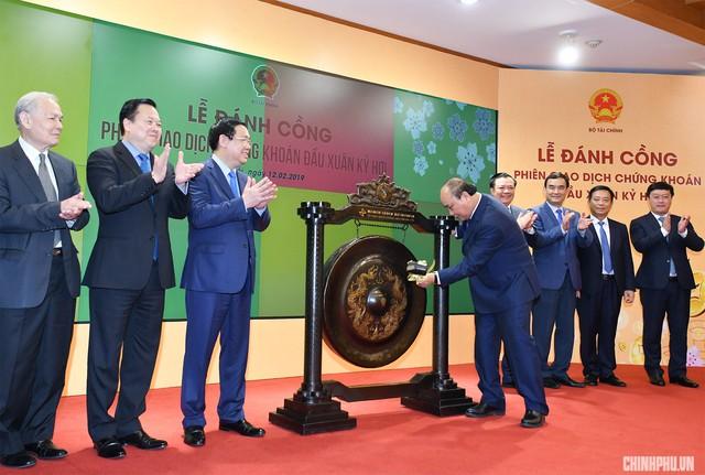 Thủ tướng Nguyễn Xuân Phúc khai trương phiên giao dịch chứng khoán đầu xuân   - Ảnh 2.