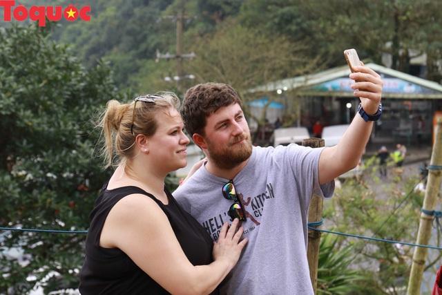 Du khách nước ngoài thích thú selfie tại Hải Vân Quan - Ảnh 6.