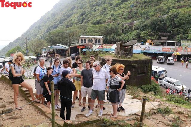 Du khách nước ngoài thích thú selfie tại Hải Vân Quan - Ảnh 3.
