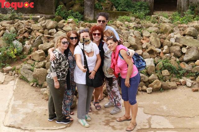 Du khách nước ngoài thích thú selfie tại Hải Vân Quan - Ảnh 5.