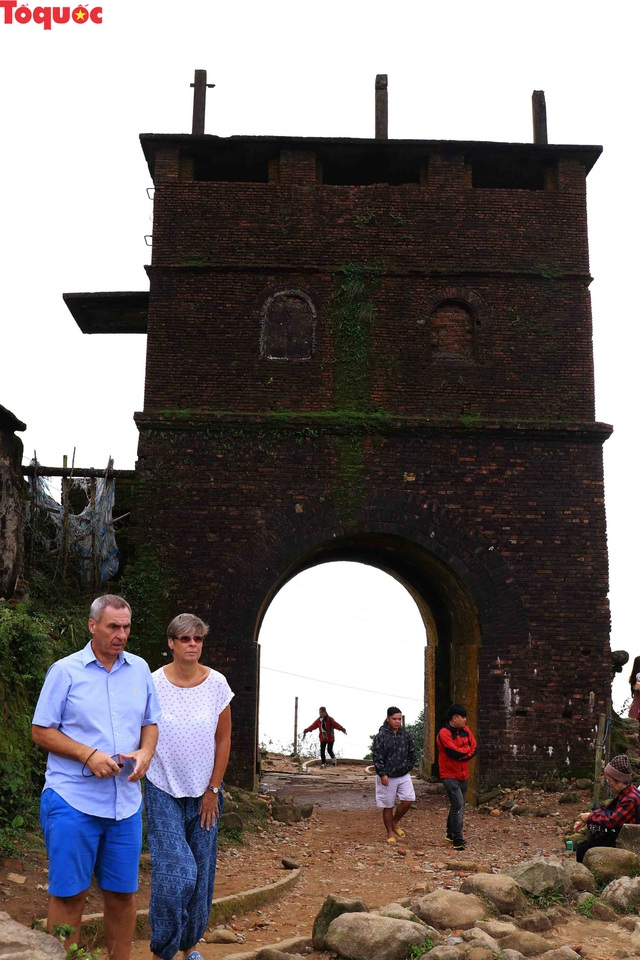 Du khách nước ngoài thích thú selfie tại Hải Vân Quan - Ảnh 7.