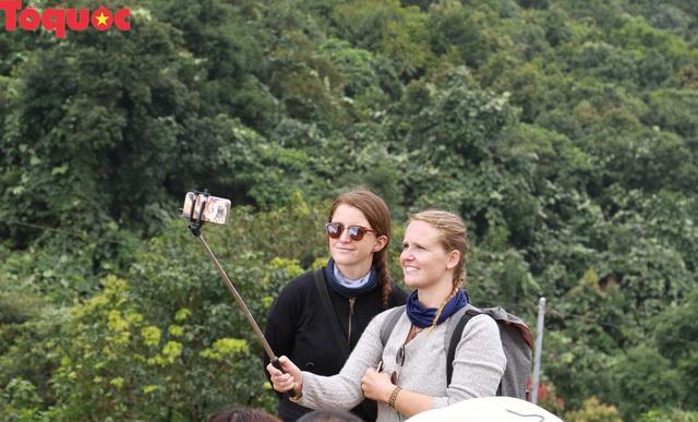 Du khách nước ngoài thích thú selfie tại Hải Vân Quan - Ảnh 4.