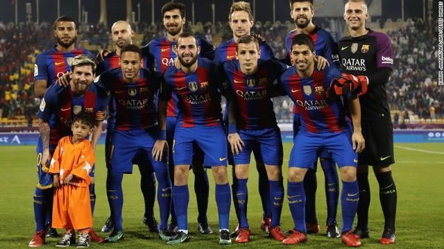 Chỉ một bức ảnh đứng cạnh siêu sao Messi khiến một cậu bé vào tầm ngắm của khủng bố - Ảnh 1.
