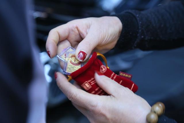 Ngày vía Thần Tài: Xếp hàng từ tờ mờ sáng để mua vàng... lấy may - Ảnh 3.