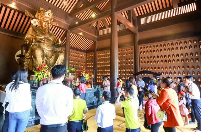 Lễ vía Thần Tài trên núi hút khách du lịch - Ảnh 2.