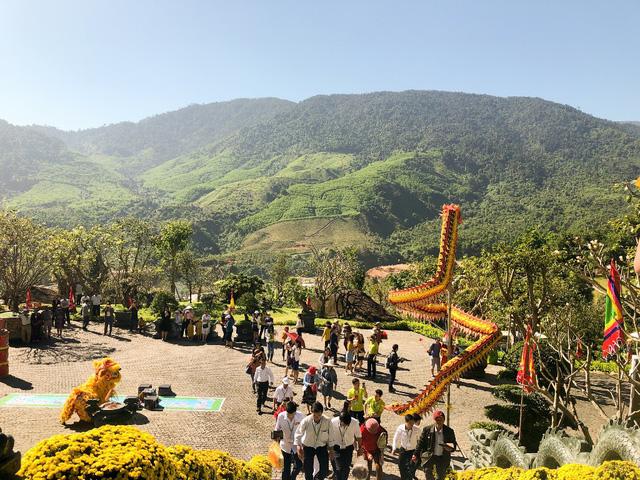 Lễ vía Thần Tài trên núi hút khách du lịch - Ảnh 1.