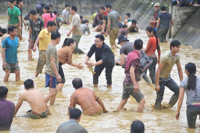 Hàng trăm người tham dự hội bắt cá bằng tay tại Na Hang, Tuyên Quang - Ảnh 2.
