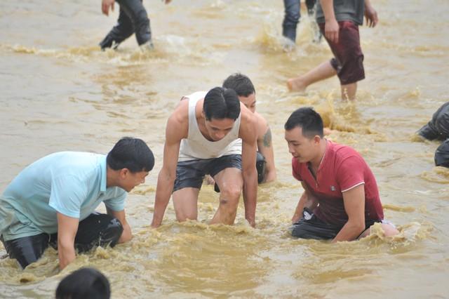 Hàng trăm người tham dự hội bắt cá bằng tay tại Na Hang, Tuyên Quang - Ảnh 3.