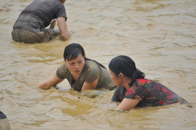 Hàng trăm người tham dự hội bắt cá bằng tay tại Na Hang, Tuyên Quang - Ảnh 4.