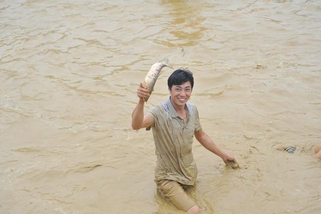 Hàng trăm người tham dự hội bắt cá bằng tay tại Na Hang, Tuyên Quang - Ảnh 5.