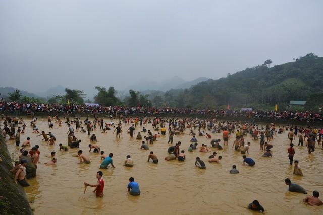 Hàng trăm người tham dự hội bắt cá bằng tay tại Na Hang, Tuyên Quang - Ảnh 6.